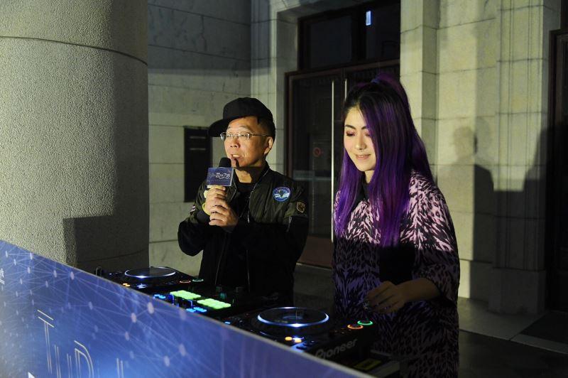 圖1_臺博館館長洪世佑與全球百大女DJ RayRay共同刷碟揭開跨世之夜音樂會序幕
