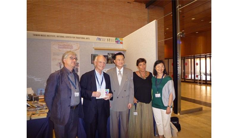 左至右為:IMS2012-2017主席Univ. of Basilicata教授 Dinko Fabris、知名音樂學學者Philip Gossett、中華民國駐教廷大使王豫元、主辦單位國立桑塔西西里音樂學院音樂館館長Annalisa Bi