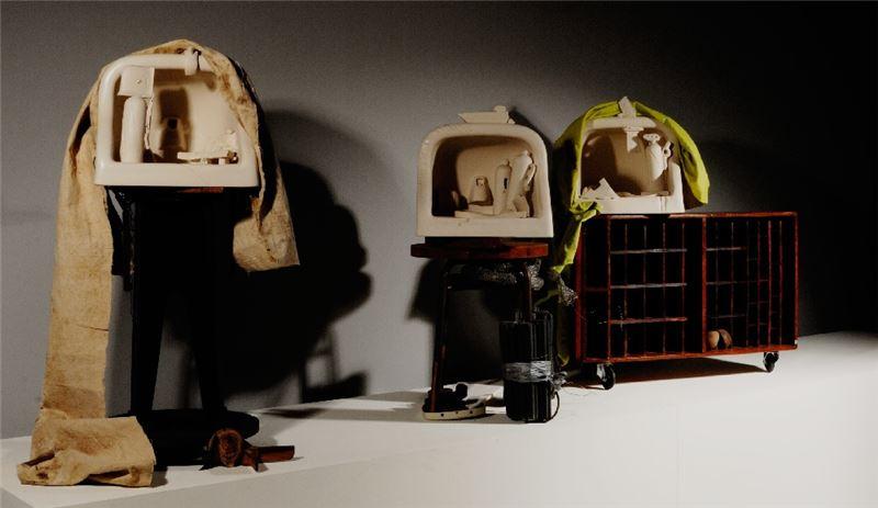 周邦玲〈小寇樂劇場系列:先知夢三〉1987 / 2013 陶土、現成金屬(複合媒材) 93×39×42 cm 89×85×47 cm 84×42×45 cm 藝術家自藏