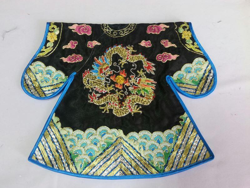北部的布袋戲戲服通常較為繁複,仍保留早期傳入臺灣時的樣貌,如文官的蟒袍上會有龍獸刺繡。