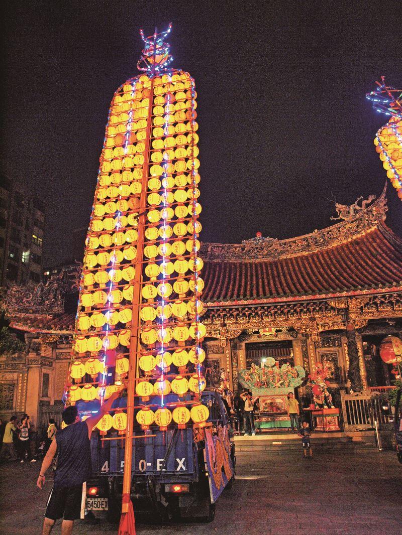 中元盂蘭盆勝會,龍山寺外的燈籠一盞一盞高高升起。