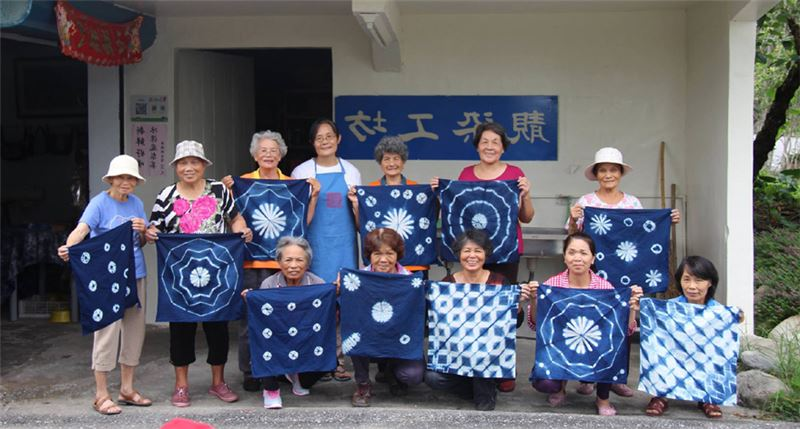 富源社區於2003 年成立的染布工坊,以客家藍染出發,為中高年婦女提供再就業的機會