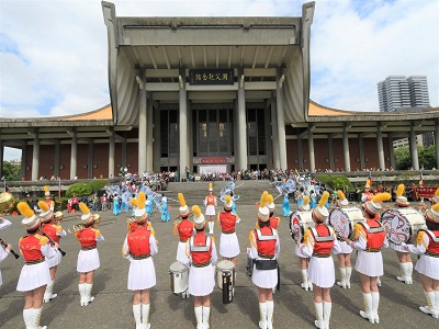 紀念國父誕辰154週年「多元共榮_E起愛」系列活動北一女中樂儀旗隊表演-2