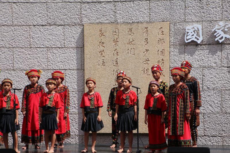 臺東縣新興國小學童獻唱歌謠《火燒島的星》,撫慰受難者及家屬創傷心靈