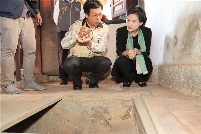 文化部長鄭麗君(右)、金門縣文化局長呂坤和,參訪怡穀堂。