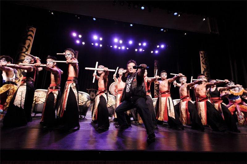 《陣頭》公演,由許振榮團長帶領所有演員,將傳統廟會陣頭,搬上劇場(2012)。