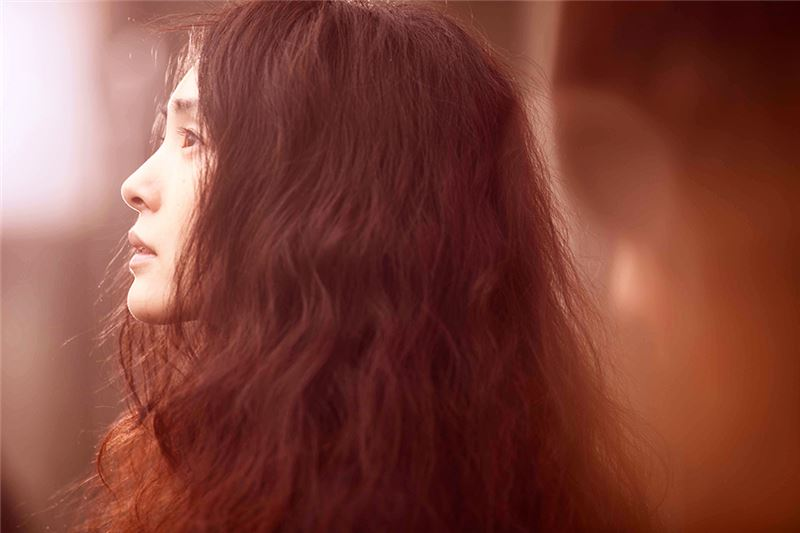 導演陳宏一以影像風格強烈的廣告以及流行音樂MV而知名。繼《花吃了那女孩》之後,《消失打看》仍舊散發強烈的當代台灣文藝青年風格,有著質感精細巧緻或刻意粗糙曝光的影像;