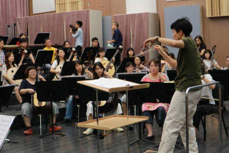 圖9-張佳韻指揮拍點清晰,極富音樂性,能與樂團在融洽的氣氛中保持流暢優異的交流,臺灣國樂團與她的合作令人喜悅。