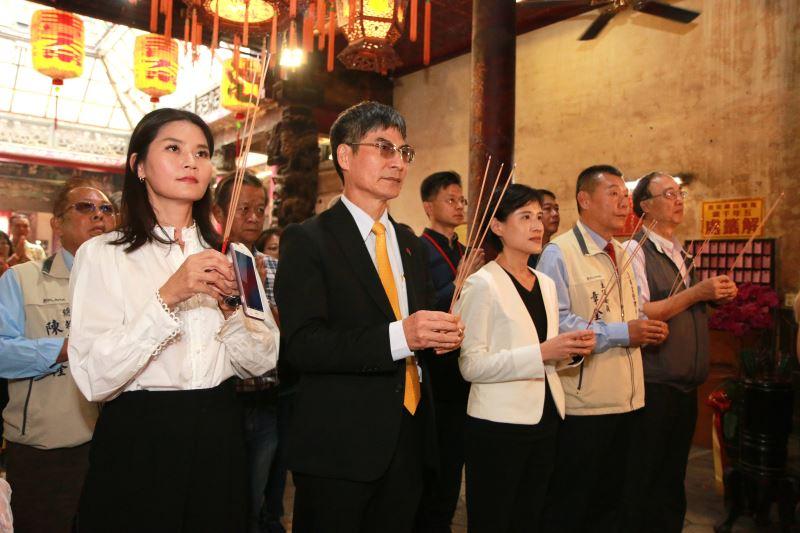 文化部長鄭麗君(左3)及科技部長陳良基(左2)等貴賓參拜馬鳴山鎮安宮