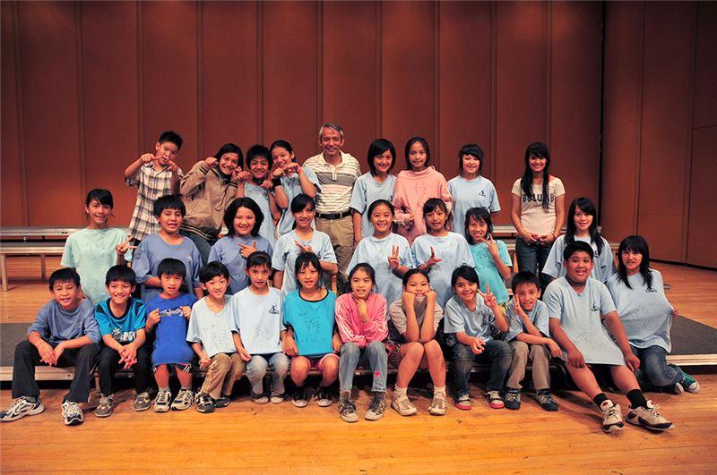 導演甚至也訪談了幾位小團員,請他們童言無忌地談論學校生活、參與合唱團的感想、以及校園以外的家庭生活。