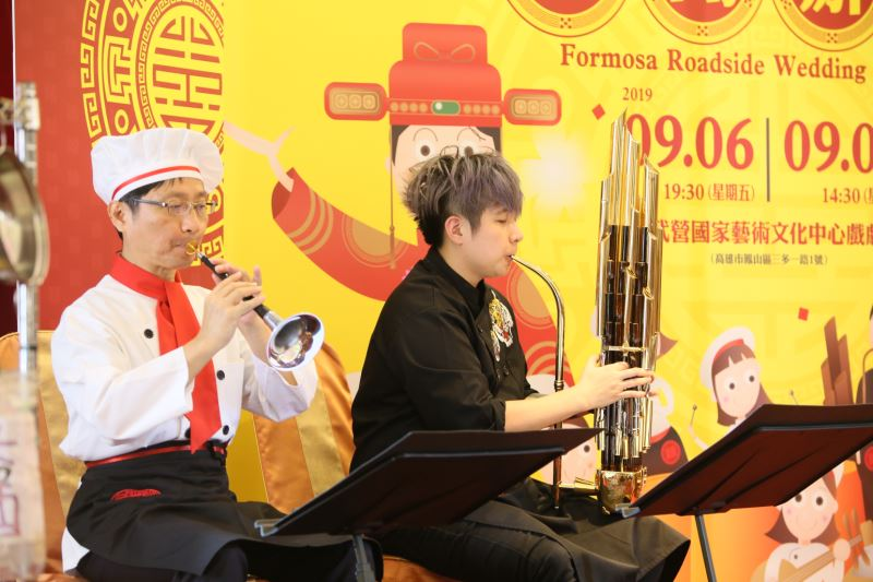 圖6:臺灣國樂團團員在劇中扮演廚師、水腳等角色,並組成辦桌大樂隊,為新郎新娘打造一場完美婚宴。圖左為嗩吶演奏家崔洲順、圖右為笙演奏家陳麒米。
