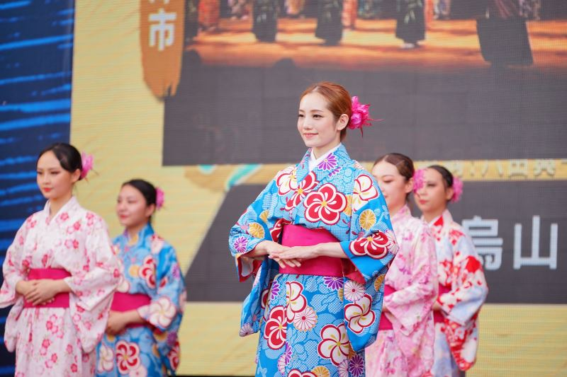 Live performance of traditional Japanese dance.