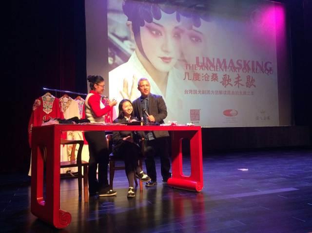 鼎石國際學校講座現場邀請學生上台示範容妝,由導演李小平解說