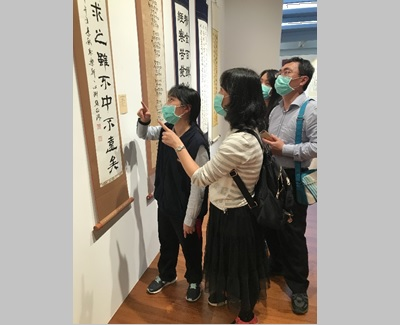 The visitors enjoyed the works of 2021 Taipei International Calligraphy Exhibition and Live Demonstration for Spring Festival.