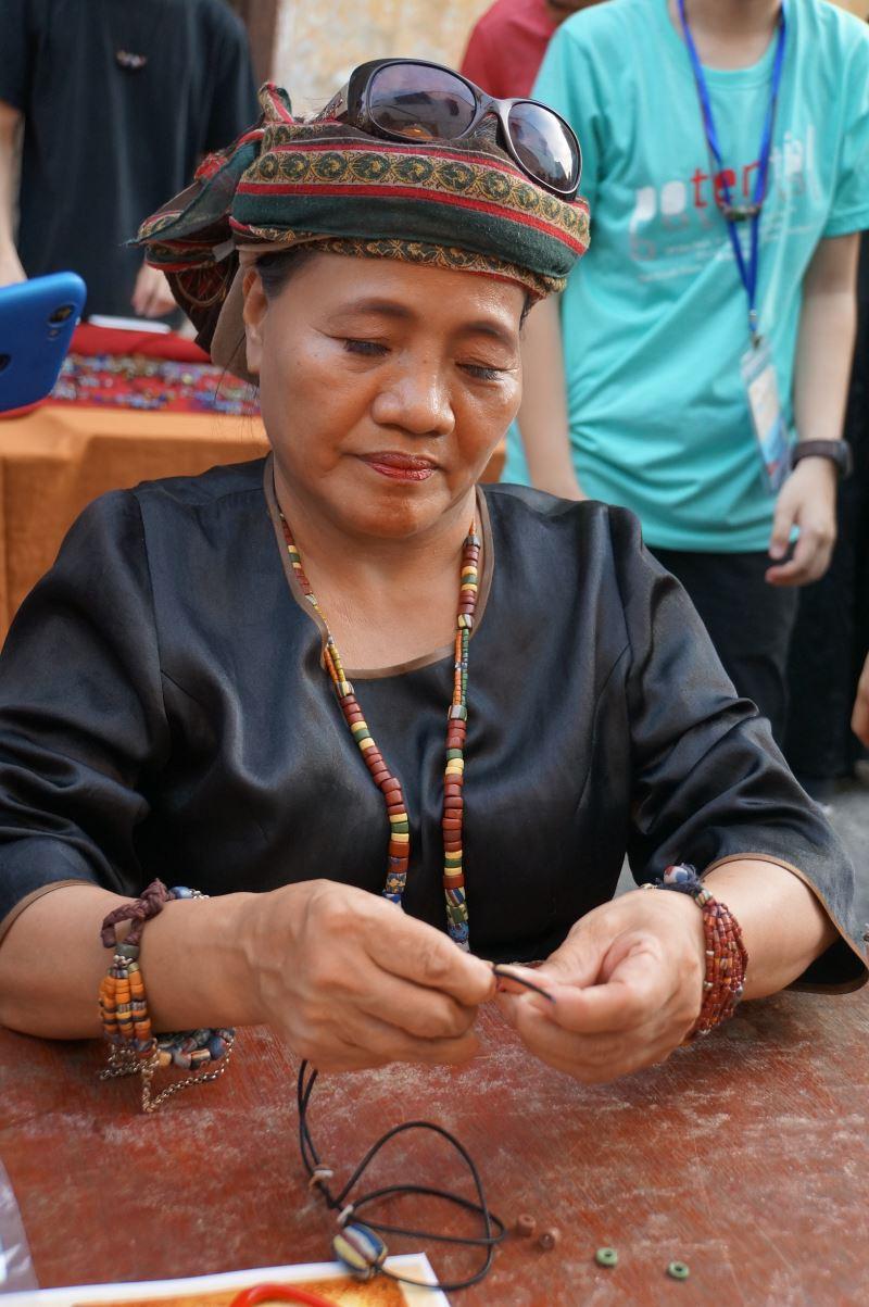 江雅蕾老師教導「排灣族琉璃珠項鍊」串珠體驗