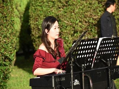 鋼琴家王乃加伴奏。