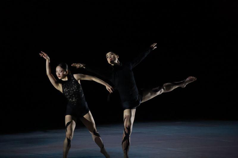 舞作中唯一的男舞者,拖著受難的女子,離開苦難,最後雙人翩然起舞,飛向幸福