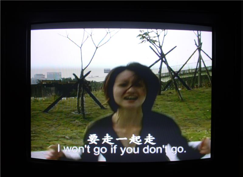 蘇匯宇〈所以我們反覆呼喊 No.1〉2005 錄像裝置(雙屏幕撥放) 尺寸依場地調整