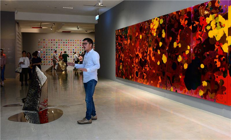 藝術家拉黑子‧達立夫於「賴純純:仙境」展場帶來海洋祈福高歌
