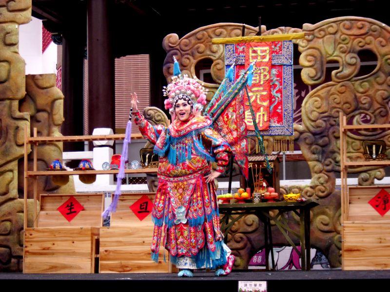 女性加入戲曲的演出不過百年,卻已改變且形塑了近代臺灣戲曲的樣貌;圖為明華園《封箱戲》劇照。