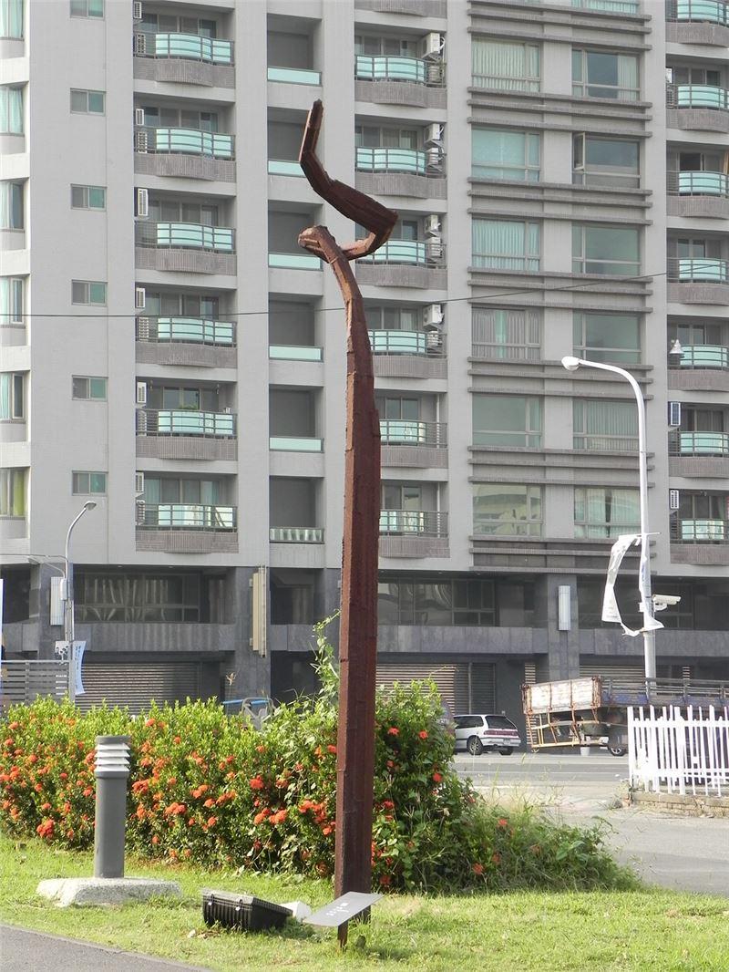 林鴻文〈無題〉2004 鋼鐵焊 402×20×50 cm