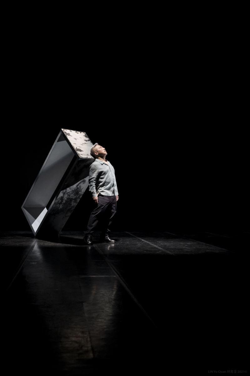 李小平與白色等身木框為伴,在一連串的獨白間,木框或左或右、或立或臥,人與木框,彷彿在跳雙人舞