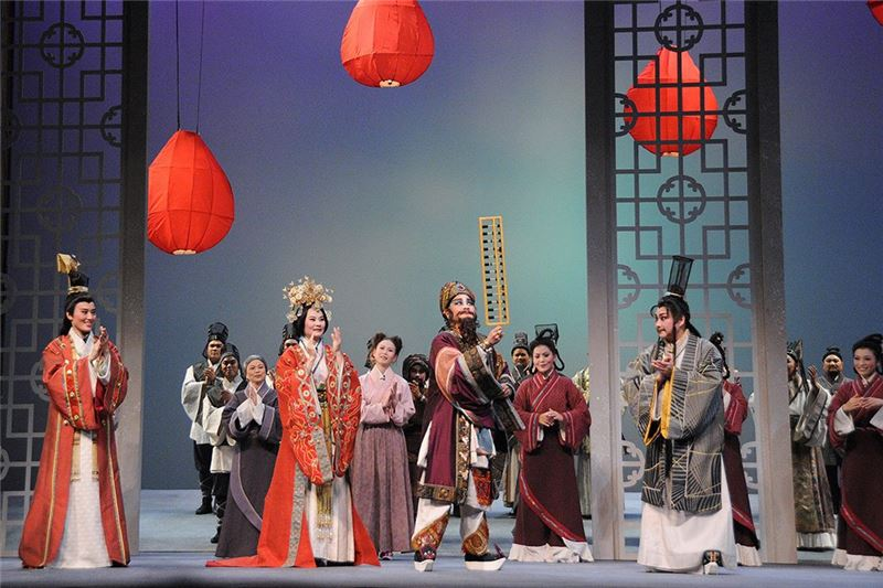 A scene from Bond (Wang Hai-ling as Xia Luo, Zhu Hai-shan as Mr. An, Liu Jian-hua as Ba Wu-ji, and Xiao Yang-ling as Mu-rong Tian) (2009)