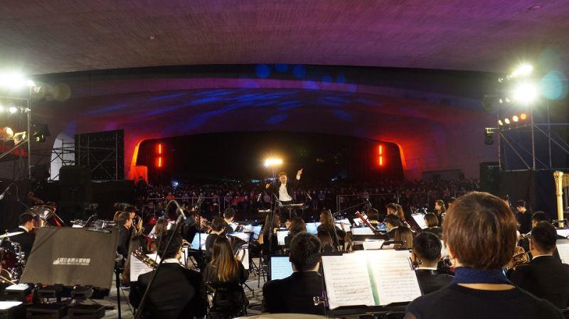 劉玄詠團長指揮NTSO臺灣管樂團在璀燦煙火中為今晚音樂會畫下美麗的句點