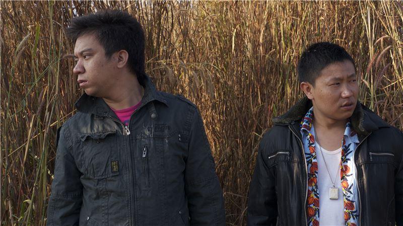 因為貧窮,阿洪帶著妹妹從緬甸偷渡到泰國邊境大穀地,妹妹卻因母親私下的一場交易,被人口販子帶走。希望早日贖回妹妹的阿洪,來到曼谷做導遊助理,洪水卻使他的賺錢大夢遙遙無期。