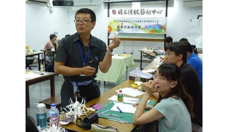 洪新富老師示範紙雕的技巧