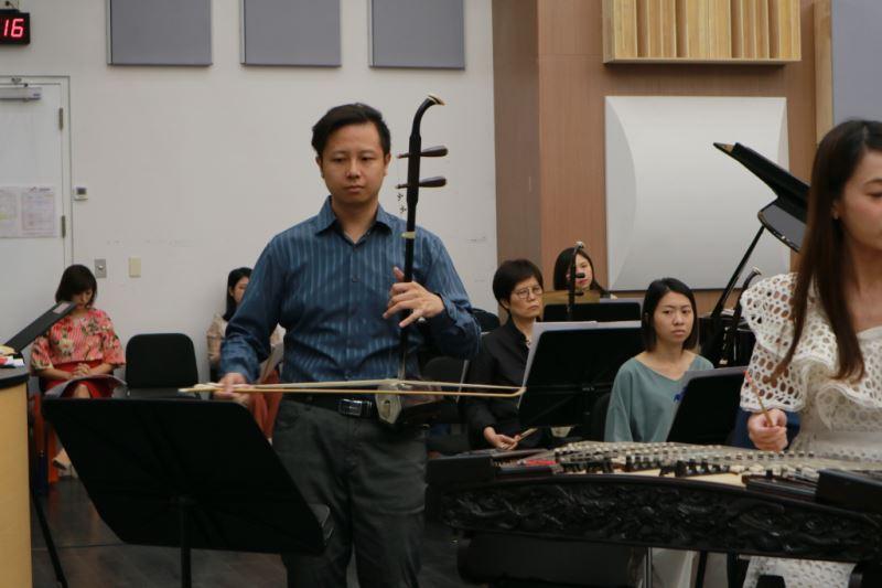 圖7-葉維仁是臺灣國樂團二胡聲部首席,技巧純熟、音樂細膩動人,喜歡歌唱的他總是將音樂注入歌唱性的生命力。