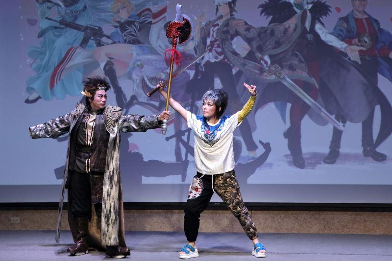 明華園總團首度跨界動漫新作《冥戰錄》明華園第三代武生陳子豪(左)挑戰現代順風耳、青年軍吳米娜(右)台客藍白拖開打
