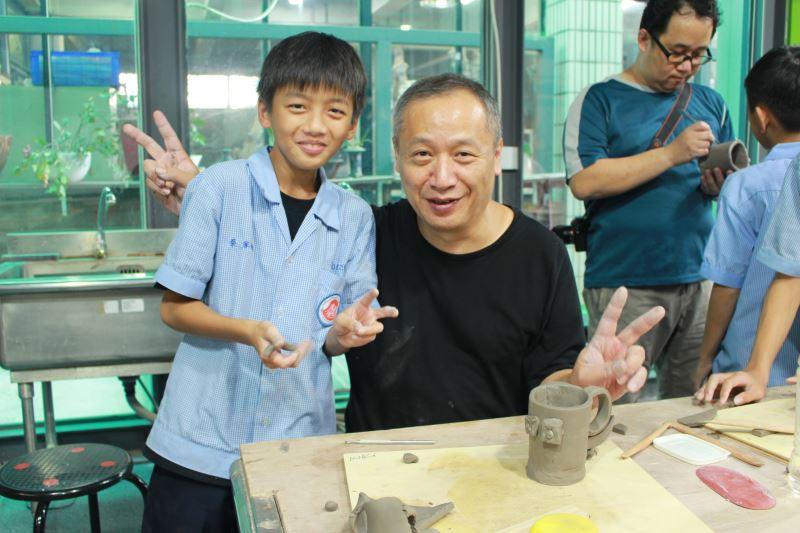鳳鳴國中學生體驗製作陶杯並與工藝家合影