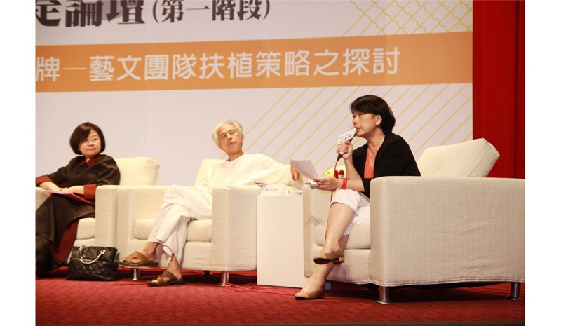 文化部長龍應台(右)和與會者交流