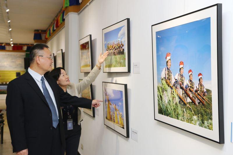 文化部次長蕭宗煌參觀「裡海邊的鬱金香--喀爾瑪克自然人文攝影展」