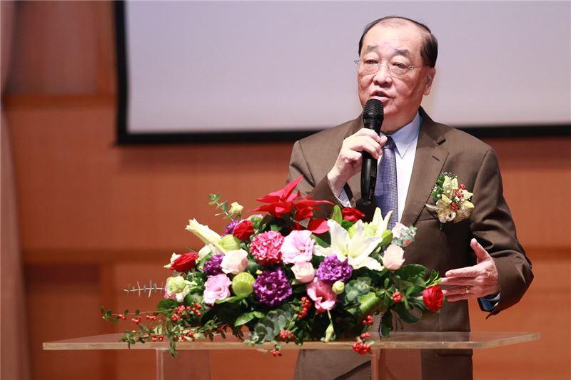 文化部洪孟啟部長特出席贈獎典禮,向得獎者致意