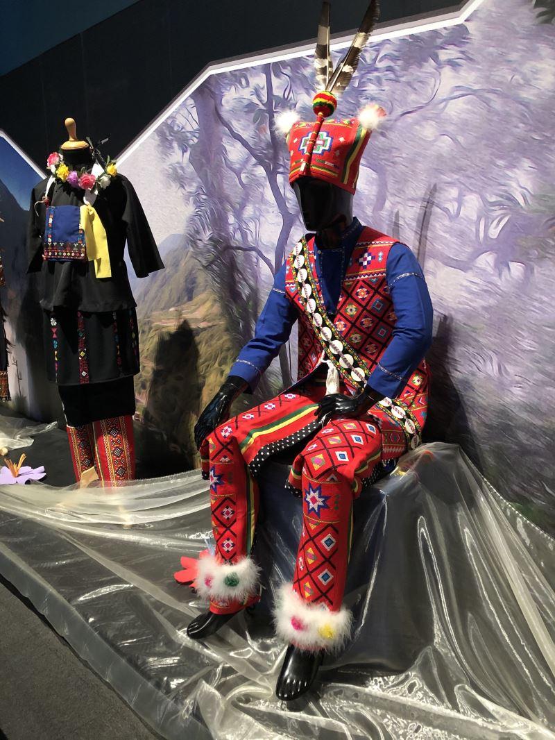 特展中以卑南族傳統服飾十字繡工藝技法,與斯洛代克展的民俗服飾展開對話與交流