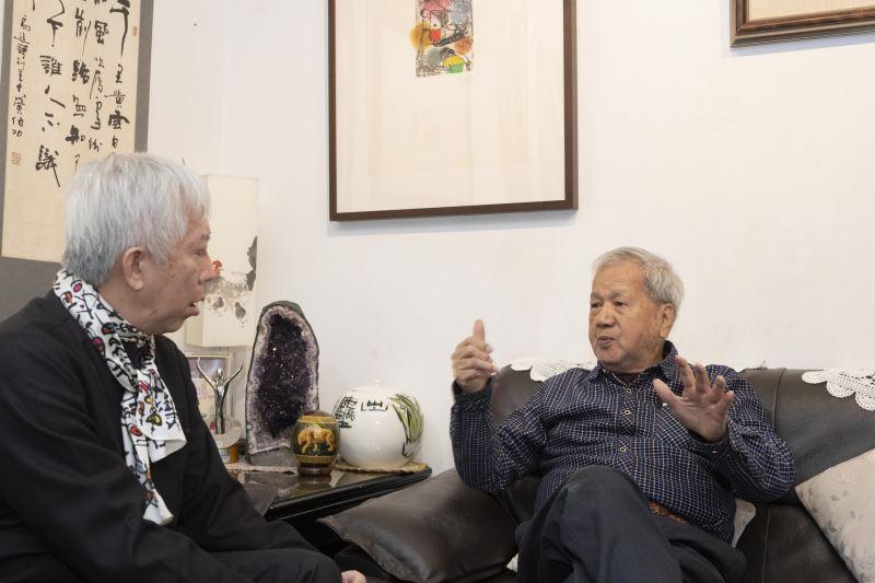 藝術家倪朝龍(右)向梁館長永斐(左)分享其創作及藝術推廣的歷程