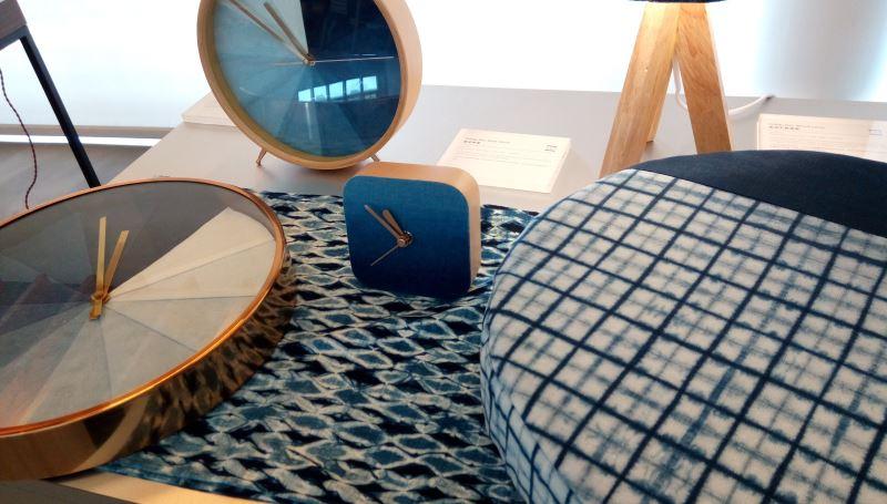 「太平藍」融合傳統文化與創新元素,以藍染時尚、精緻手感、工藝美學、自然元素為設計開發目的,藍染掛鐘的12小時漸層藍染設計,令買家愛不釋手。