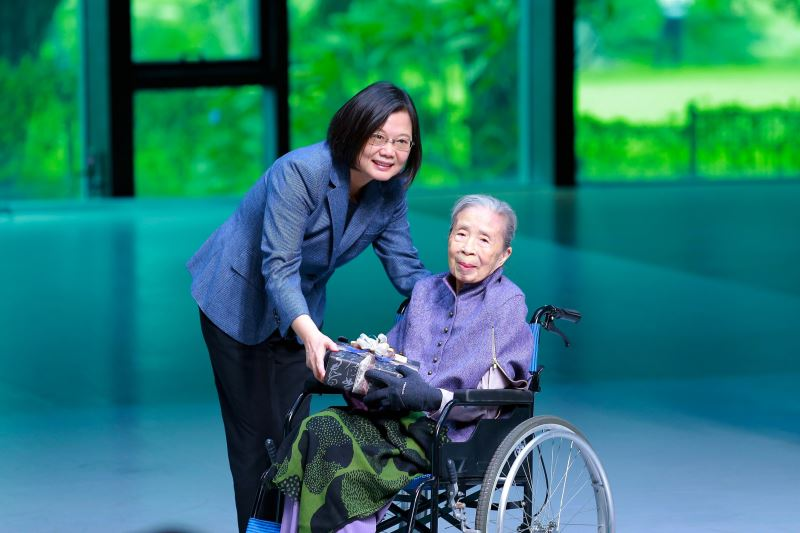 President Tsai Ing-wen(left) presenting an award to Wang Chiu-hwa at the 21st National Award for Arts ceremony.
