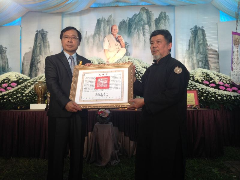 工藝中心許耿修主任頒贈總統褒揚令,由其次子林瑞華先生代表家屬受贈