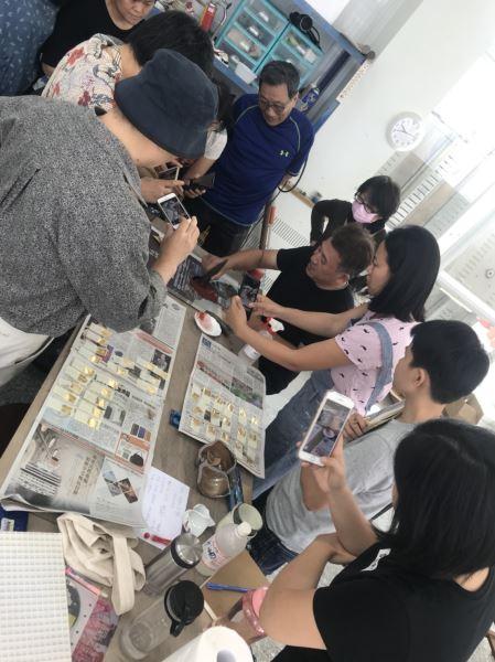 鋦瓷老師示範開箔與色漆研磨