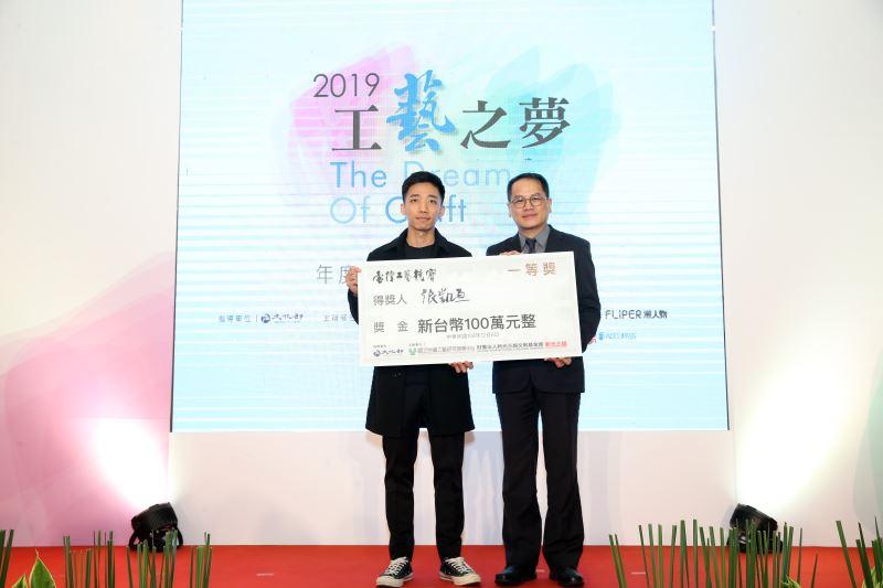 (左起)一等獎得主張凱亘、文化部彭俊亨次長