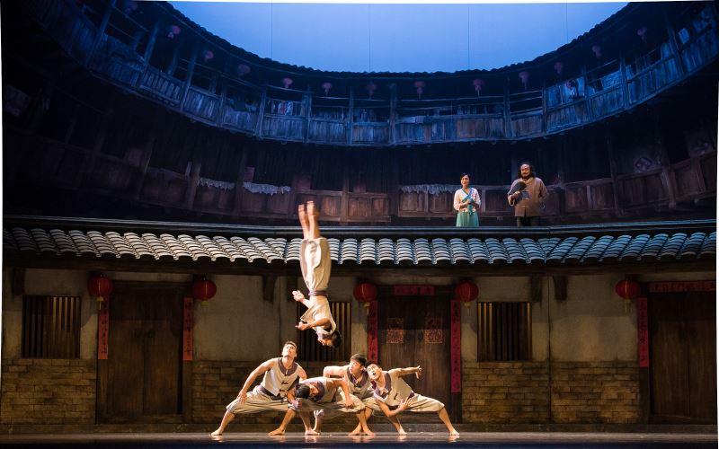 新古典舞團的舞作常見舞者位於高處表演,試圖把高度與空間感拉大。