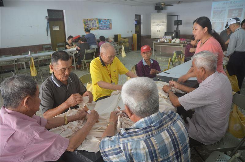 社區回饋-讓在地的耆老們免費體驗植物染