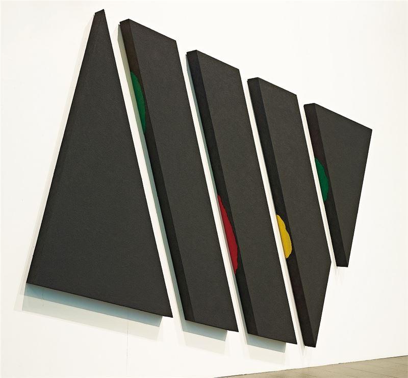 賴純純〈存在與變化黑砂系列Y84003〉1984 / 2014 沙、木材、顏料 284×334×15 cm