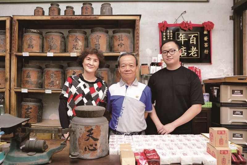 嚴鴻鈞(中) 與太太周淑莉(左)、兒子嚴偉嘉(右) 合影。