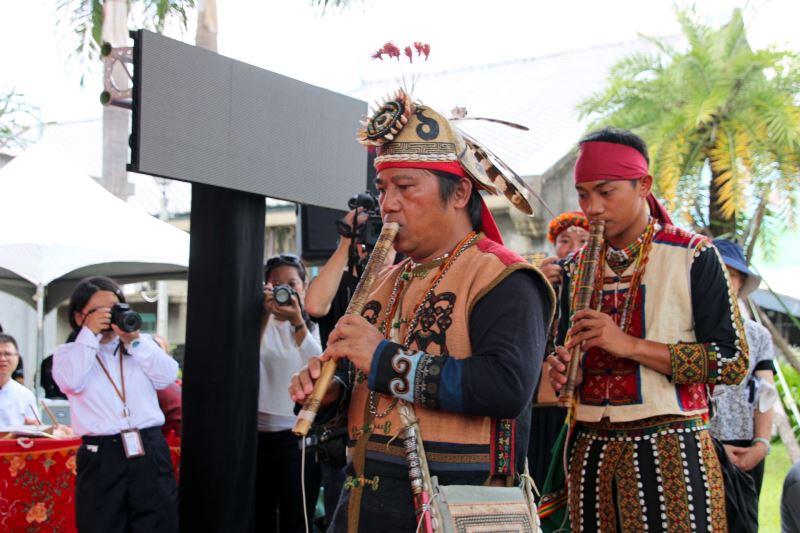 口笛與鼻笛傳習計畫藝生伊誕‧巴瓦瓦隆(左)、撤古流‧瑪拿妮凱(右)展現薪傳成果