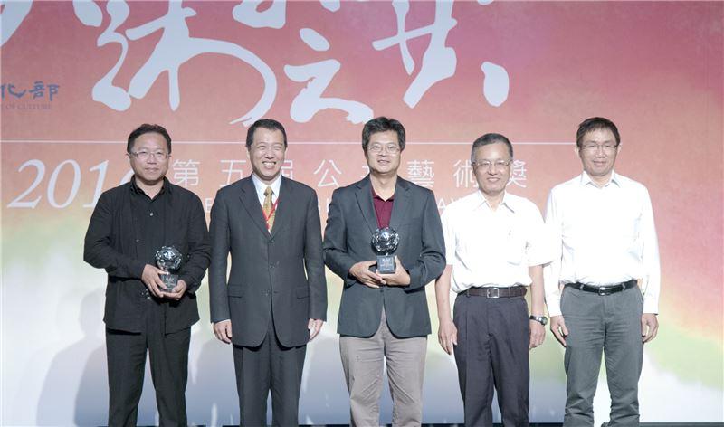 楊次長(左二)與「卓越獎」得獎機關中正大學代表及藝術家(左一)合照