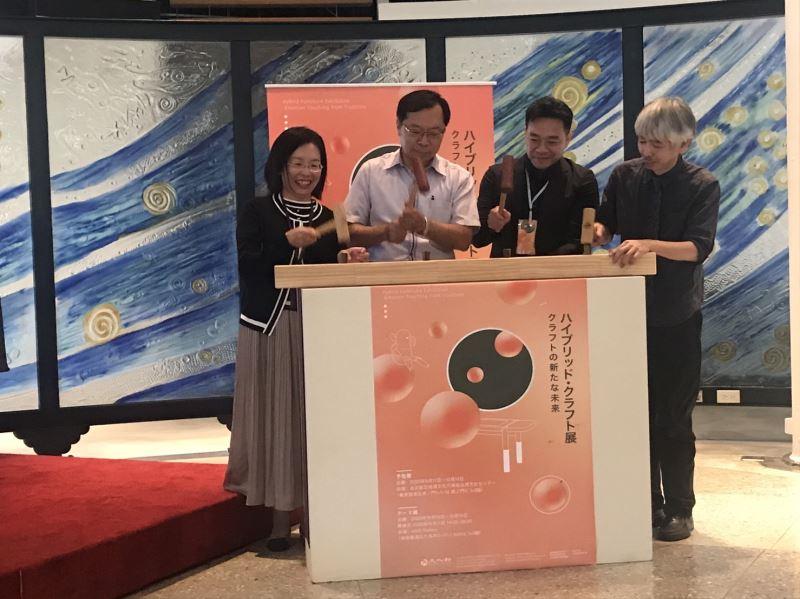 工藝中心許耿修主任(左二)與貴賓共同啟動敲榫儀式